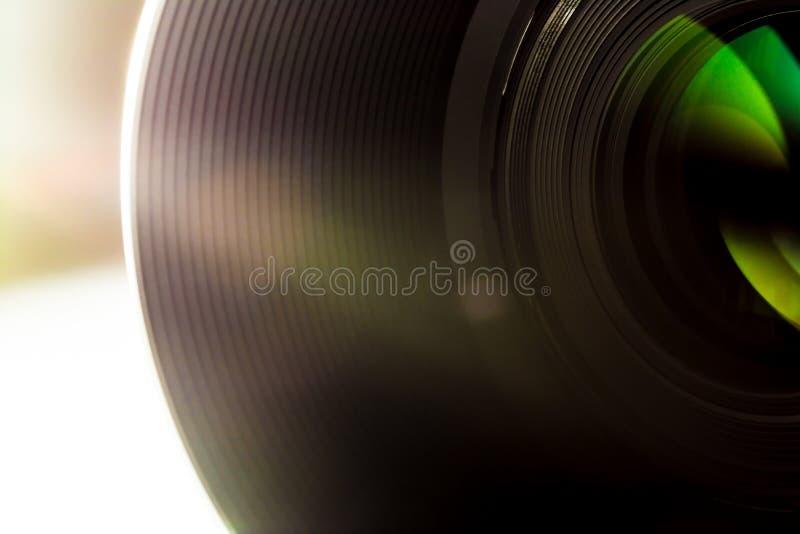 A lente de um macro do close-up da câmera de SLR com raios de sol brilha fotografia de stock royalty free