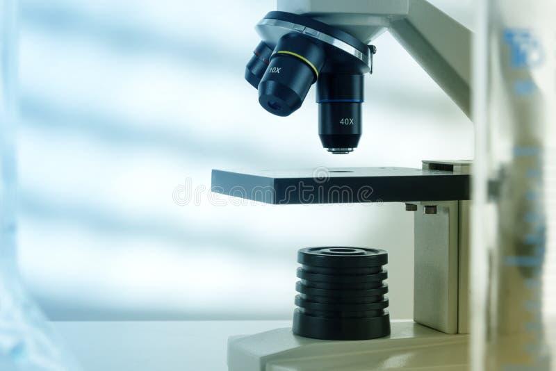 Lente del microscopio del laboratorio Microscopi moderni in un laboratorio immagini stock