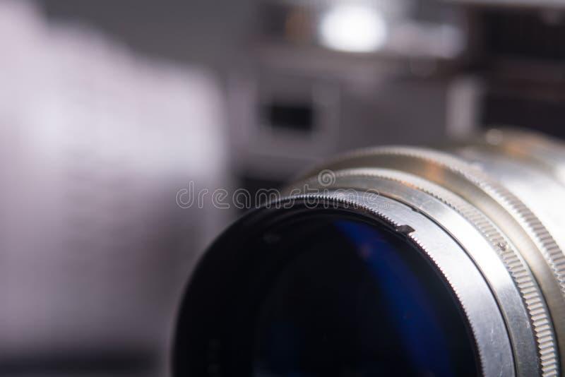 Lente di primo piano con la vecchia macchina da presa fotografia stock
