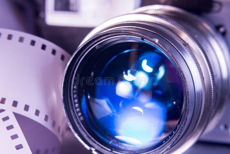 Lente di primo piano con la vecchia macchina da presa fotografia stock libera da diritti
