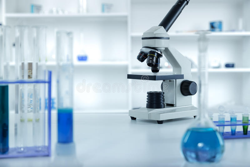 Lente do microscópio do laboratório microscópios modernos na imagem de stock royalty free