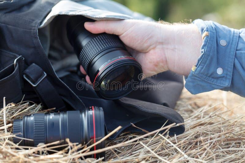 Lente fotográfica principal no hyestack, conceito do fotógrafo da natureza imagens de stock royalty free