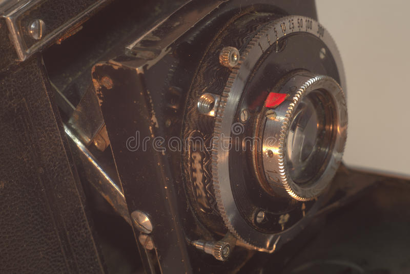 Lente inmóvil delantera de la cámara de plegamiento del vintage con los bramidos imagenes de archivo