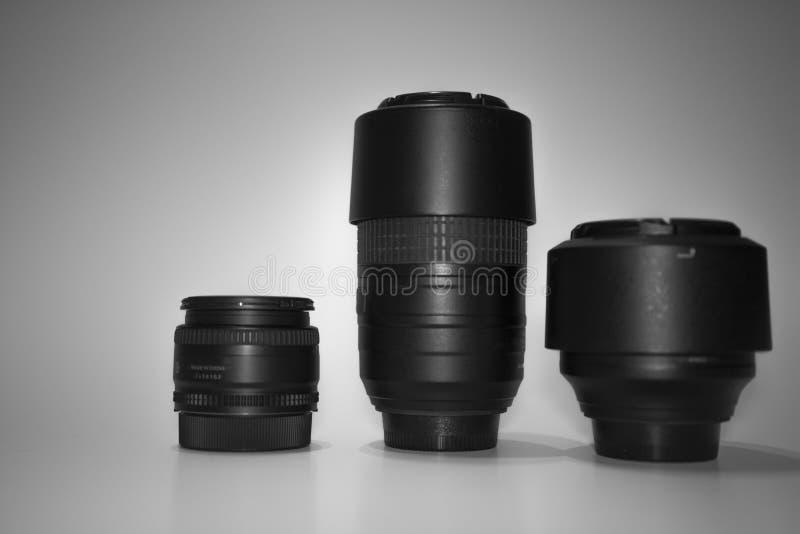 A lente três preta está em um fundo que branco estão a uma distância focal diferente fotos de stock royalty free