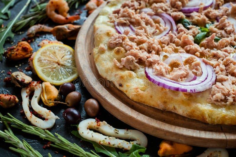 Lenten Mahlzeit der Thunfischpizza köstlich stockbild