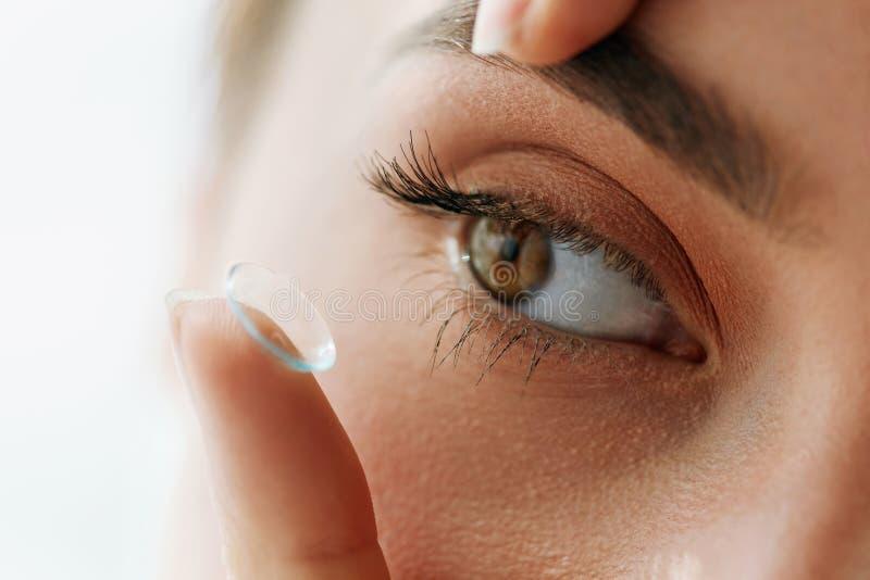 Lentes de contato da visão Close up com a cara bonita da mulher imagens de stock royalty free