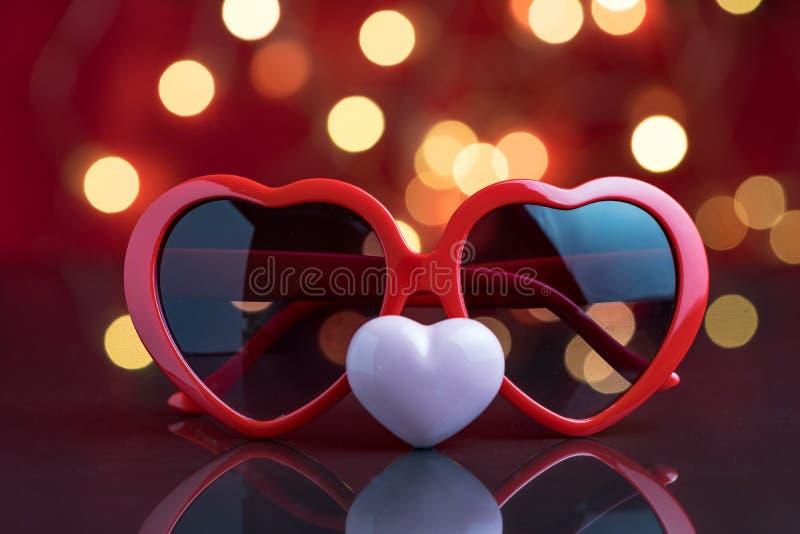 Lentes de la forma del corazón de las tarjetas del día de San Valentín con la decoración de cerámica rosada h imagenes de archivo