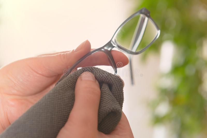 Lentes de limpieza con el paño de la microfibra imagen de archivo libre de regalías