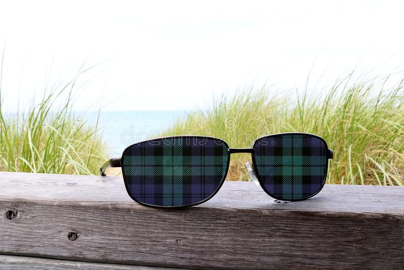 Lentes escocesas azuis e verdes dos óculos de sol da tampa da tartã imagens de stock royalty free