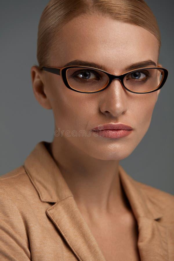 Lentes femeninas Mujer hermosa en vidrios de la moda, gafas foto de archivo