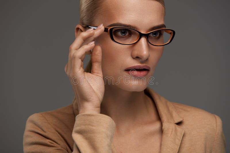 Lentes femeninas Mujer hermosa en vidrios de la moda, gafas fotos de archivo libres de regalías