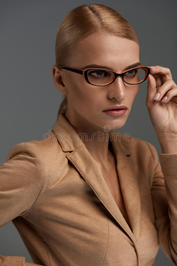Lentes femeninas Mujer hermosa en vidrios de la moda, gafas imagen de archivo