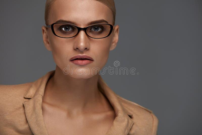 Lentes femeninas Mujer hermosa en vidrios de la moda, gafas imagen de archivo libre de regalías