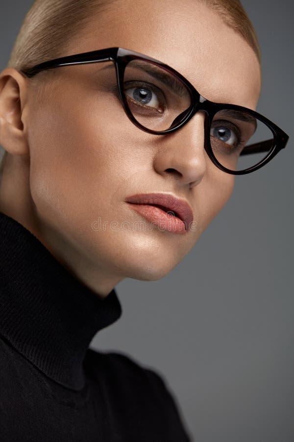 Lentes femeninas Mujer hermosa en vidrios, gafas fotos de archivo