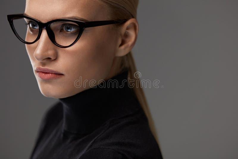 Lentes femeninas Mujer hermosa en vidrios, gafas fotografía de archivo libre de regalías