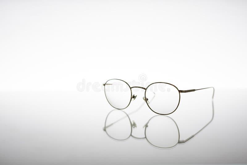 Lentes metálicas de oro para los problemas o la protección de la visión, aisladas en el fondo blanco foto de archivo libre de regalías