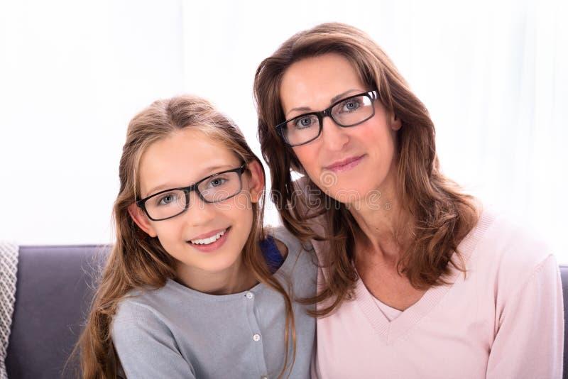 Lentes que llevan de la madre y de la hija imagenes de archivo