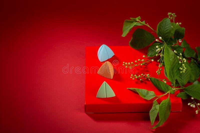 Lentetak met bloemen en snoep op rode achtergrond royalty-vrije stock foto