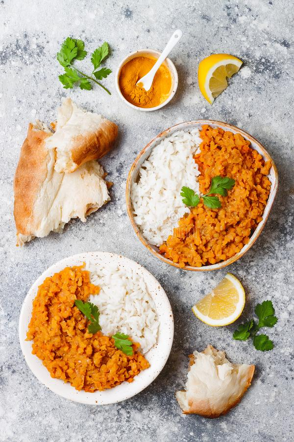 Lenticchia rossa tradizionale dal Curry piccante di Dhal dell'indiano in ciotola con pane e le spezie piani Vista superiore, sopr immagine stock libera da diritti