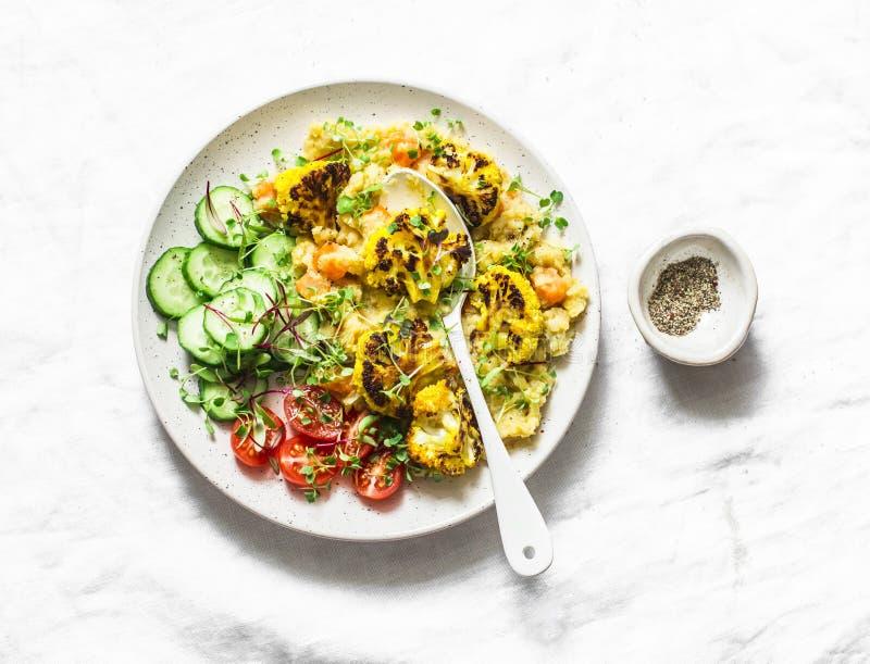 Lenticchie gialle passate della zucca, cavolfiore al forno della curcuma e verdure una ciotola - alimento vegetariano sano su una immagine stock libera da diritti