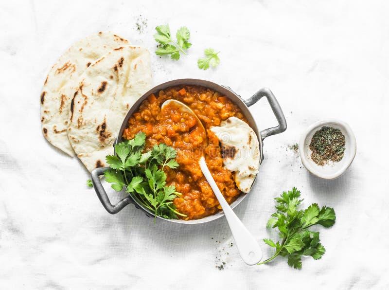 Lenticchie rosse dhal e flatbread di paratha - cena vegetariana sana nello stile indiano su fondo leggero immagini stock libere da diritti