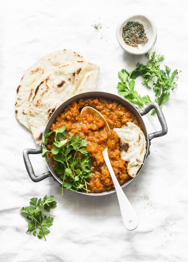 Lenticchie rosse dhal e flatbread di paratha - cena vegetariana sana nello stile indiano su fondo leggero immagine stock