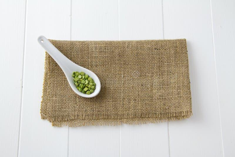 Lenticchie verdi in cucchiaio immagine stock