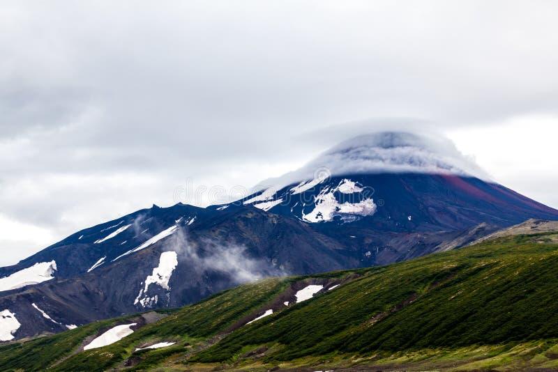 Lenticular lens-shaped wolken zijn over Avachinsky-Vulkaan Het Schiereiland van Kamchatka, Rusland stock afbeeldingen