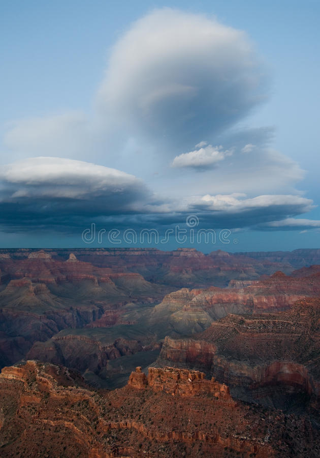Lenticular wolken over Grote Canion stock fotografie