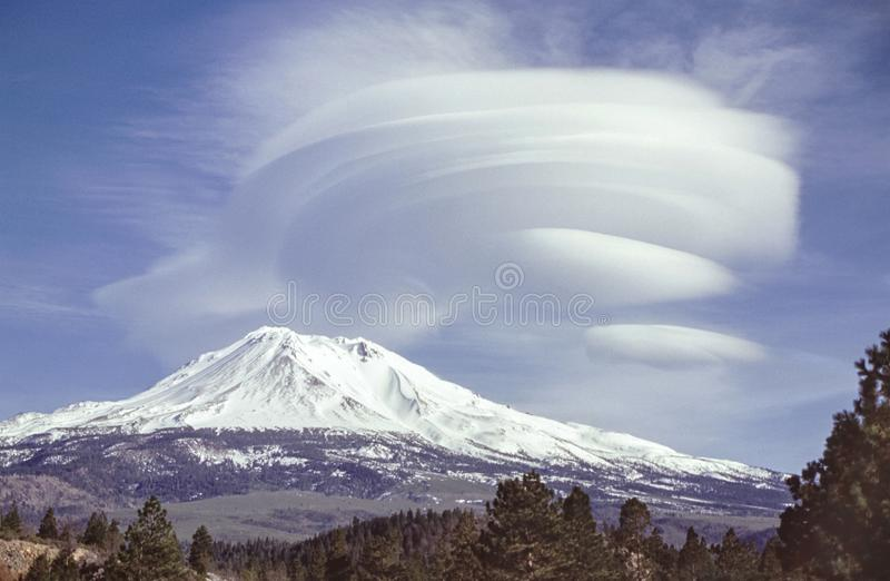 Lenticular Wolken over MT Shasta in Californië royalty-vrije stock foto