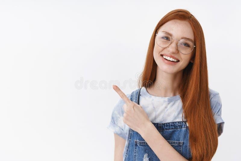 Lentiggini pulite della pelle della giovane ragazza attraente allegra amichevole della testarossa, testa di inclinazione che sorr fotografie stock