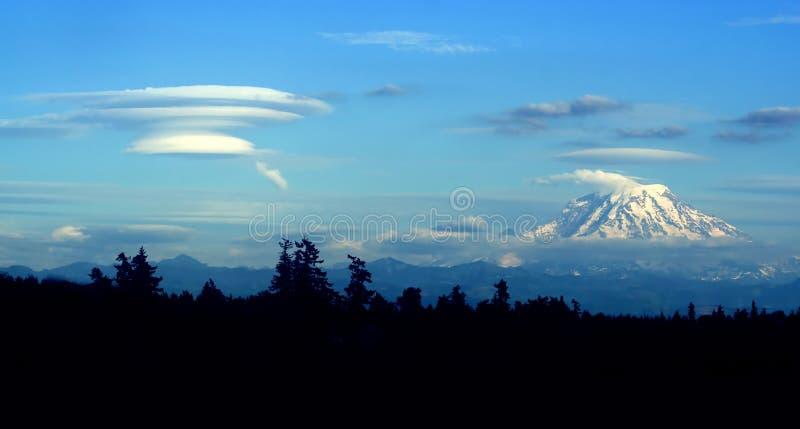 Lentikulare Wolke, die sich in Windrichtung von Mt. regnerischer bildet lizenzfreie stockfotos