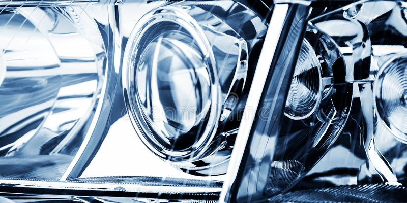 Lentikularer Scheinwerfer des Automobils in den blauen Tönen ist Schussnahaufnahme stockbilder