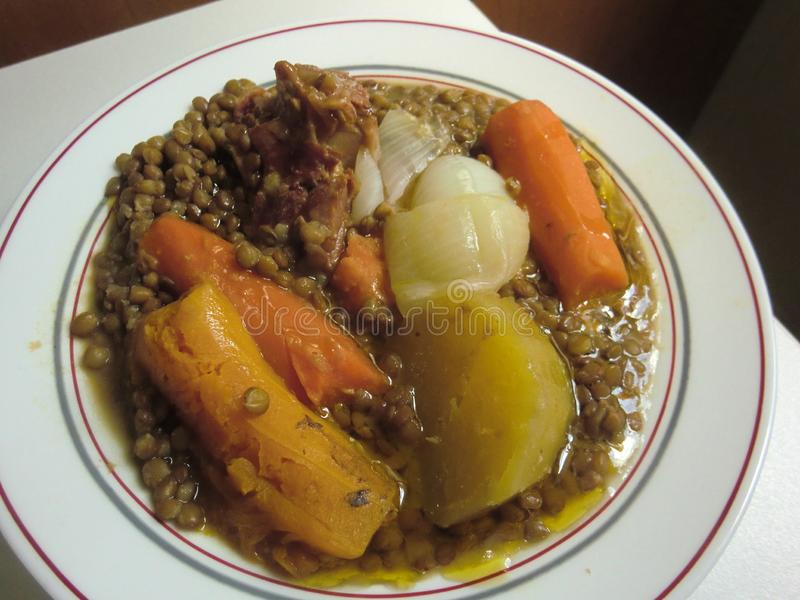 Lentilhas cozidos com carne da abóbora, da cenoura, da batata e de carne de porco fotografia de stock