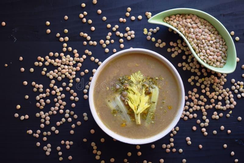 Lentille crème de soupe sur le fond noir, nourriture végétarienne délicieuse Vue supérieure photos libres de droits