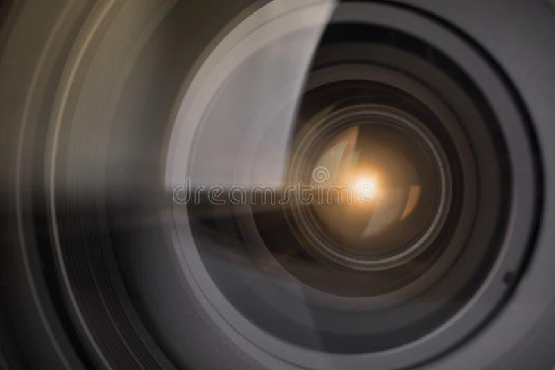 Lentille d'obturateur de caméra avec la lumière de fusée sur optique photographie stock