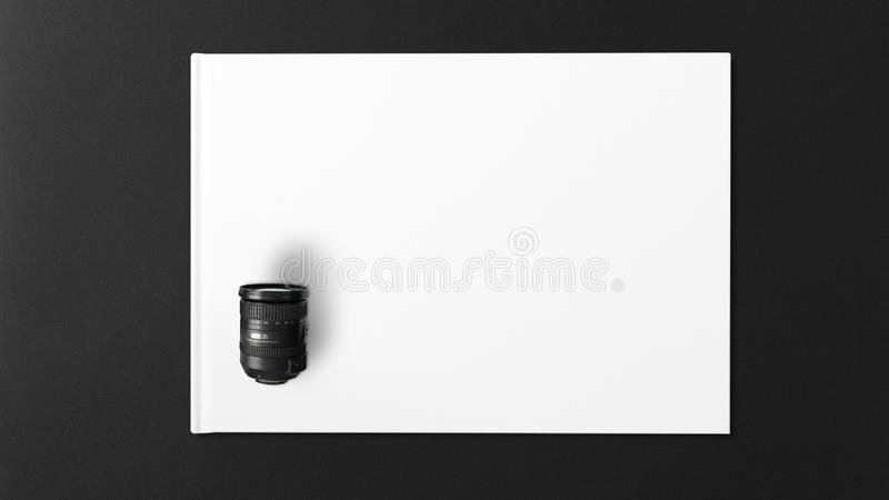 Lentille de Digital sur le livre blanc sur le fond noir photographie stock