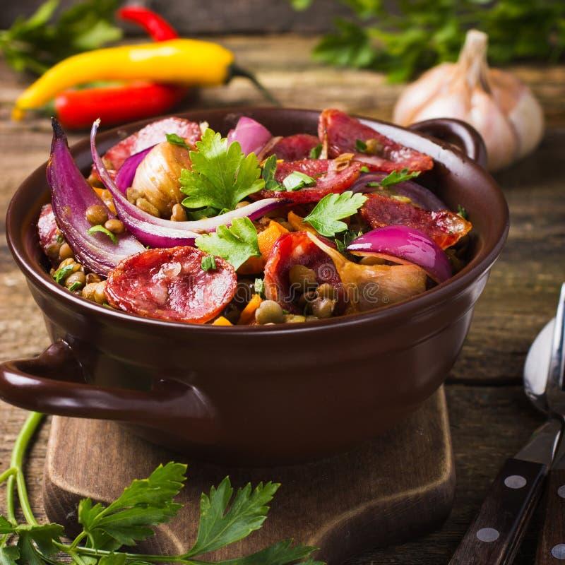 Lentilles avec la saucisse et les légumes photo stock