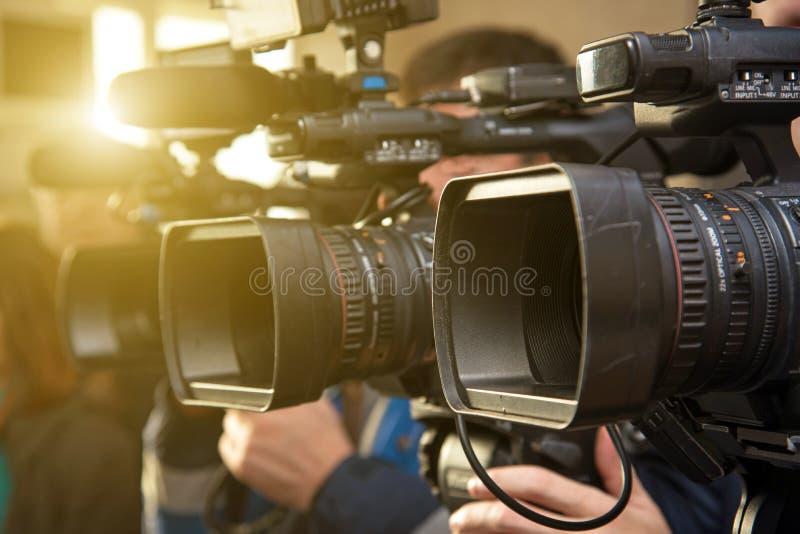 Lentilles de caméscope en tirant des plans rapprochés dans le contre-jour photographie stock libre de droits