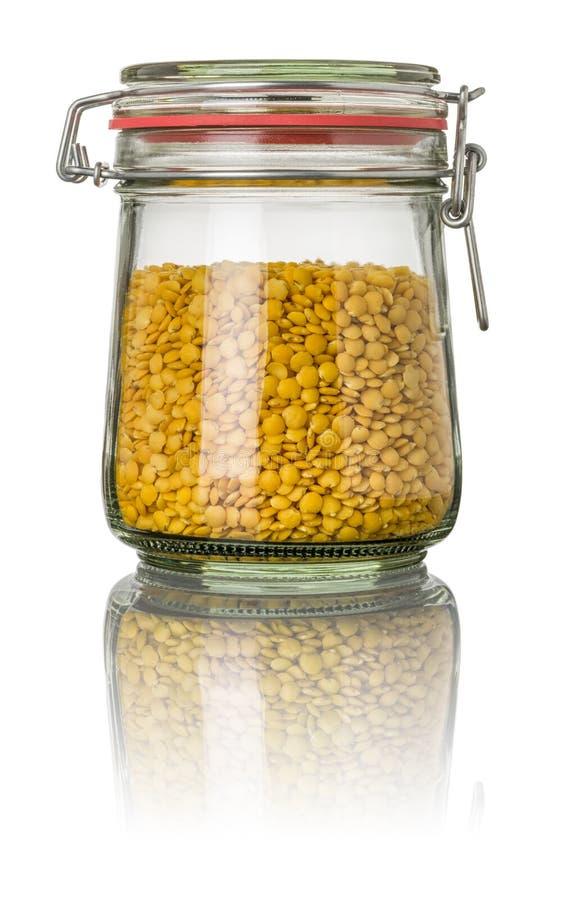 Lentilles jaunes dans un pot photo stock