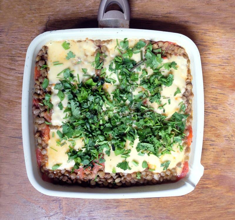Lentilles savoureuses, cuites au four avec la vue supérieure de fromage et de tomate photo stock