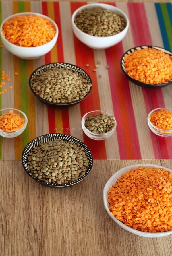 lentils variações diferentes na mesa de cozinha foto de stock royalty free