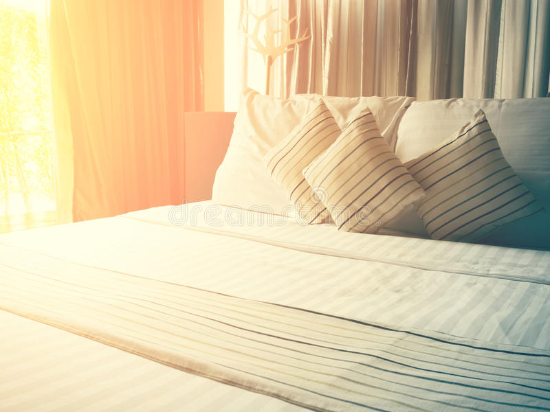 lenzuola e cuscino d'annata incasinati di mattina fotografie stock