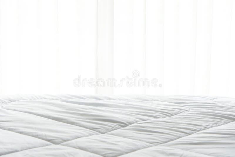 Lenzuolo, piumino e cuscino del materasso, incasinati di mattina fotografia stock