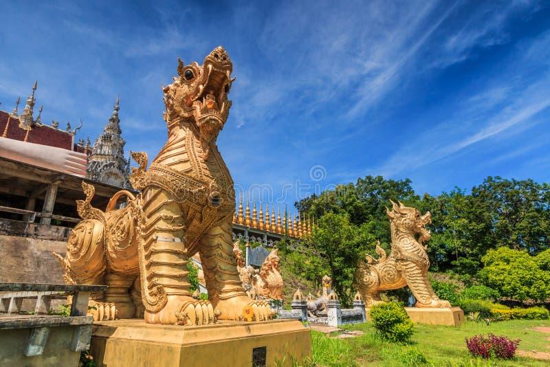 Leo en la entrada de Wat Phra Mongkol Kiri, Tailandia foto de archivo libre de regalías