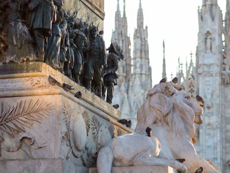 leo A escultura no centro de Piazza Duomo em Milão imagens de stock royalty free