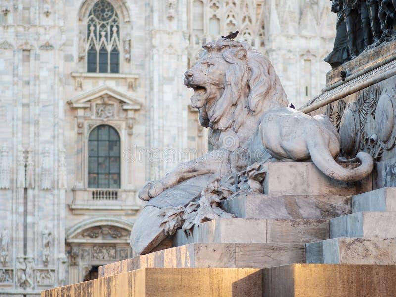 leo A escultura no centro de Piazza Duomo em Milão fotos de stock