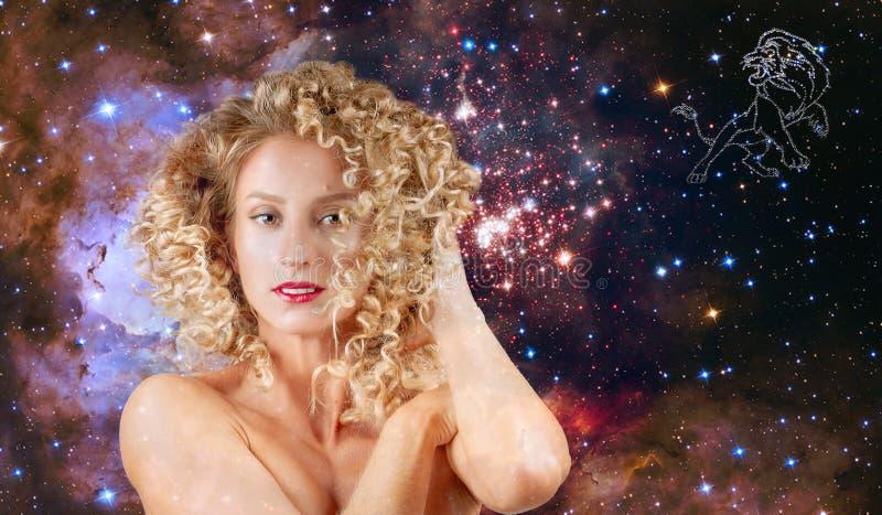 Leo Zodiac undertecknar Astrologi och horoskop, härligt kvinnaLejonet på galaxbakgrunden royaltyfri bild