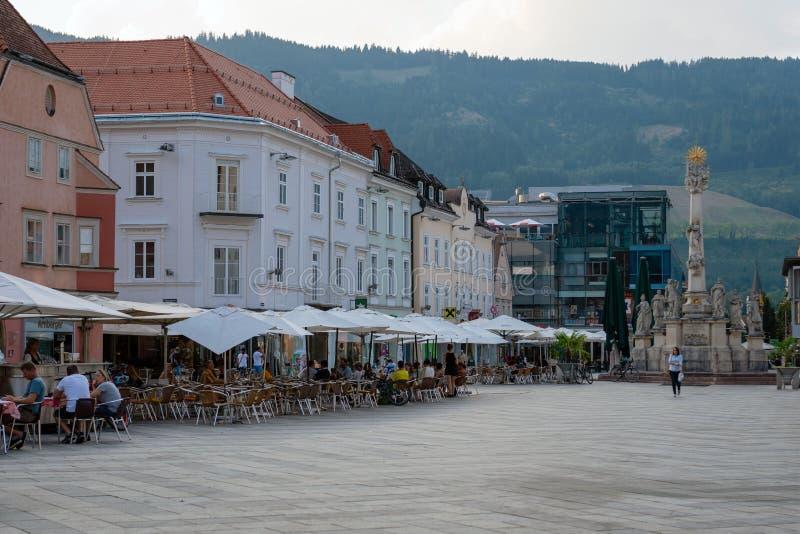 LEOBEN, ESTIRIA, AUSTRIA - 6 DE AGOSTO DE 2018: Hauptplatz, vista de Pestsaule en el cuadrado central de la ciudad fotografía de archivo libre de regalías