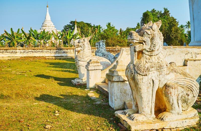 Leogryphs de Chinthe de Desada Taya Pagoda, Ava, Myanmar foto de stock